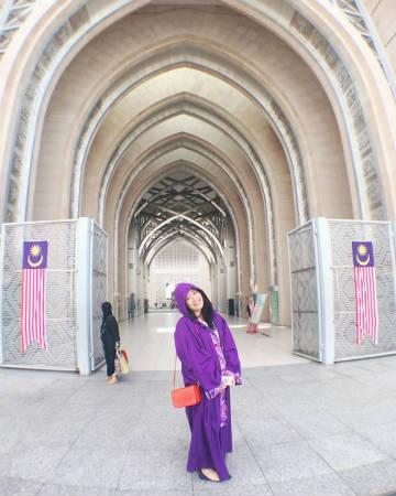 マレーシアのモスク前でパシャリ