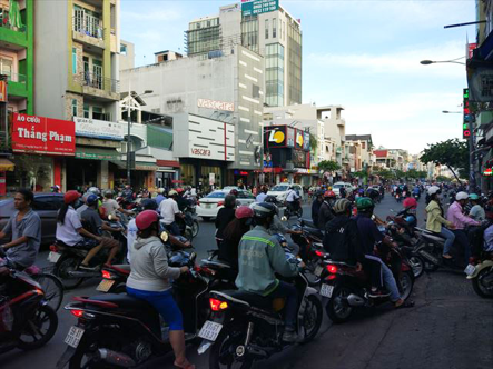 地元のひとびとの移動はもっぱらバイク、排気ガスにまみれながら通勤。