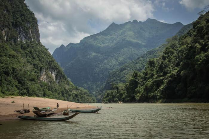 ラオス 川沿い