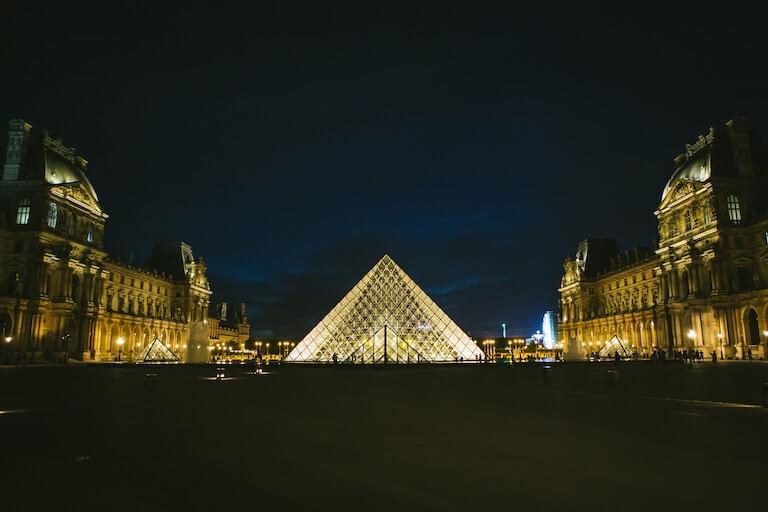 フランス ルーブル美術館 夜景